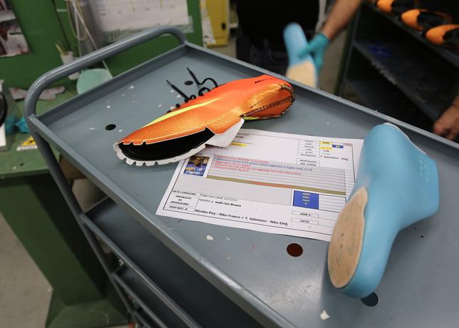 4c1ace499f Como é feita a produção de uma chuteira