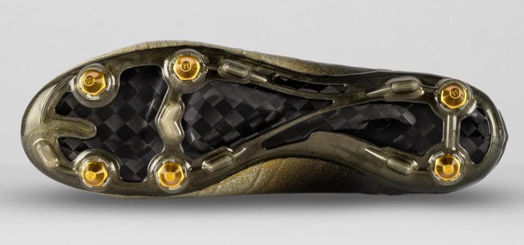 O solado da chuteira Nike Mercurial CR7 Rare Gold tem travas douradas